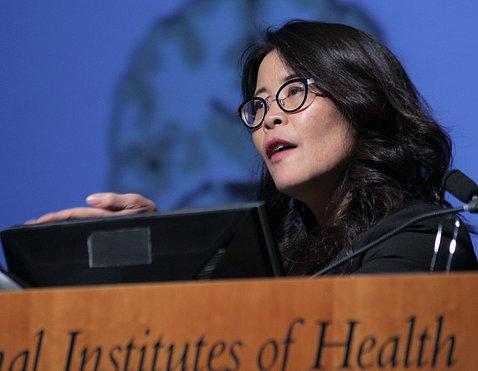 Dr. Wendy Suzuki speaks at podium