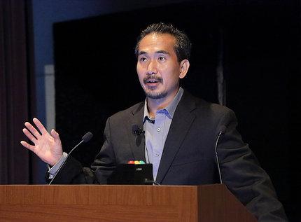Dr. Roger Chou speaks at the podium