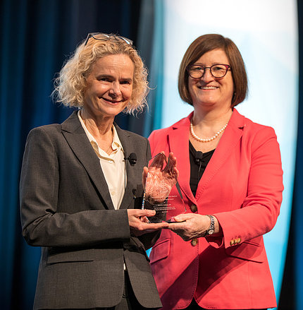 Volkow receives an award from Clark