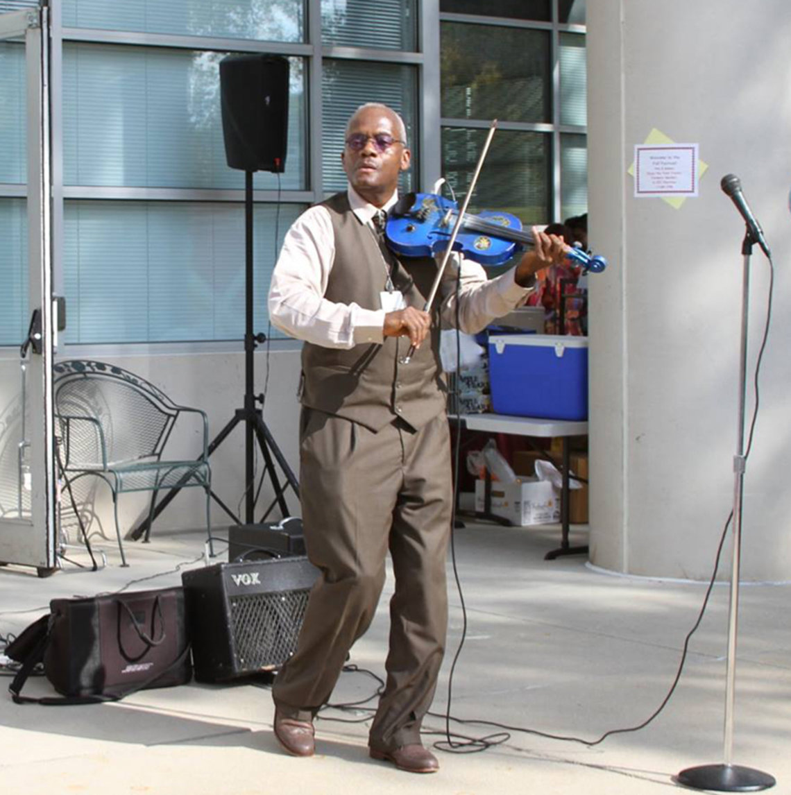 An NIH'er plays violin outside the Clinical Center.