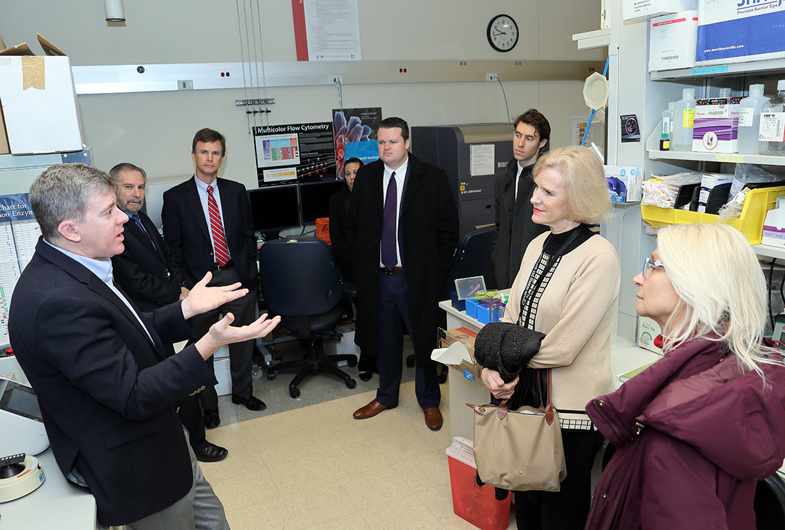 Delegates from HHS Office of White House Liaison visit NCI lab.