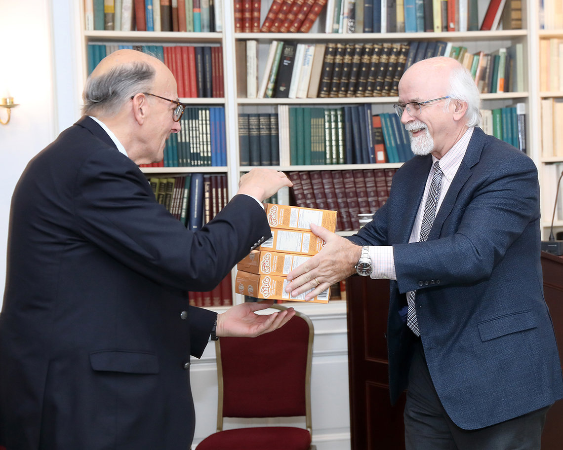 Doctor presents gifts to NIH