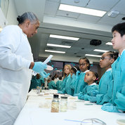 CC DLM's Char-Dell Edwards explains how bacteria is grown on agar petri dishes. PHOTO: CHIA-CHI CHARLIE CHANG